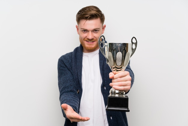 Roodharige man met een trofee