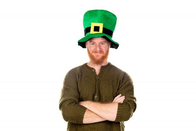 Roodharige man met groene hoed camera kijken