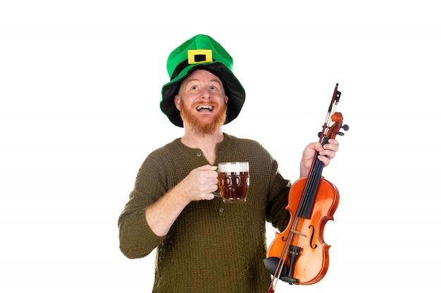 Roodharige man met groene hoed en een viool drinken van een biertje