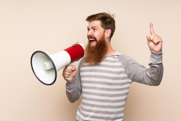 Roodharige man met lange baard schreeuwen door een megafoon