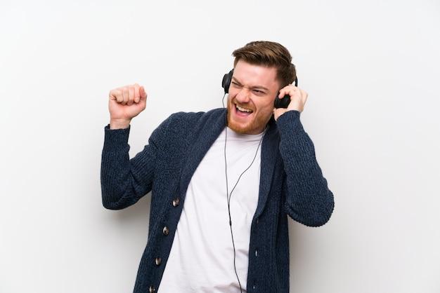Roodharige man muziek luisteren