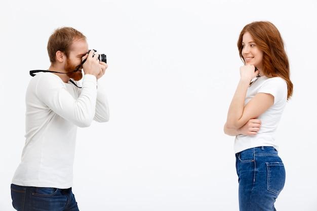 Roodharige man schieten foto van zus
