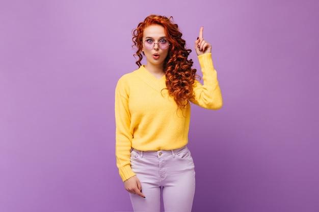 Roodharige meid met een bril had een idee