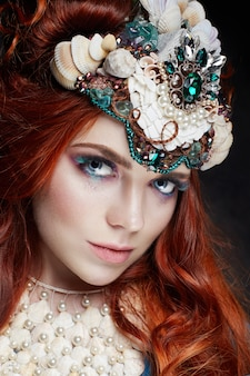 Roodharige meisje met lichte make-up en grote wimpers
