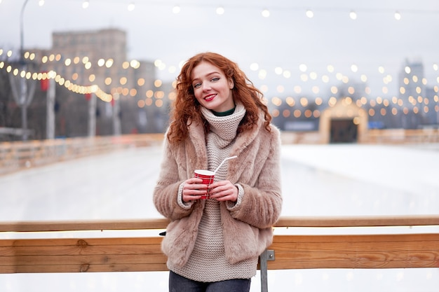 Roodharige meisje sproeten ijsbaan op achtergrond.