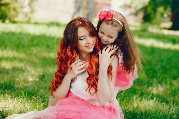 Roodharige moeder en dochter in het park