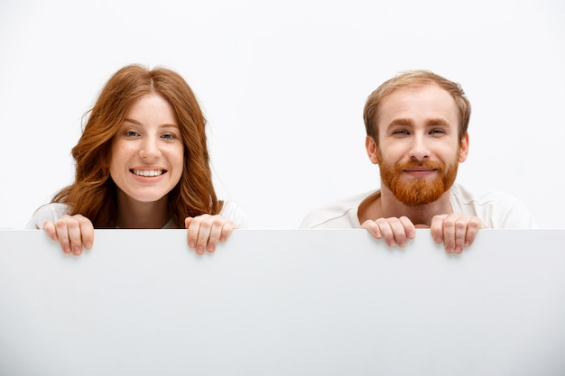 Roodharige ouders spelen verstoppertje, lachen blij
