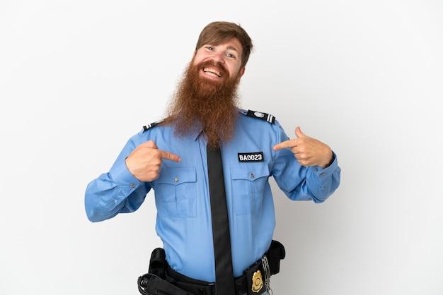 Roodharige politie man geïsoleerd op een witte achtergrond trots en zelfvoldaan