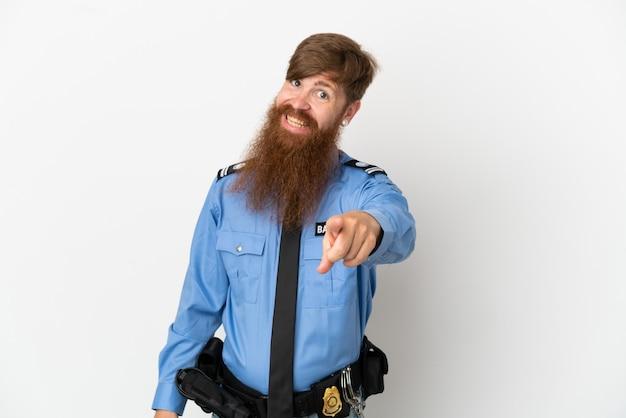 Roodharige politieman geïsoleerd op een witte achtergrond wijst vinger naar je met een zelfverzekerde uitdrukking