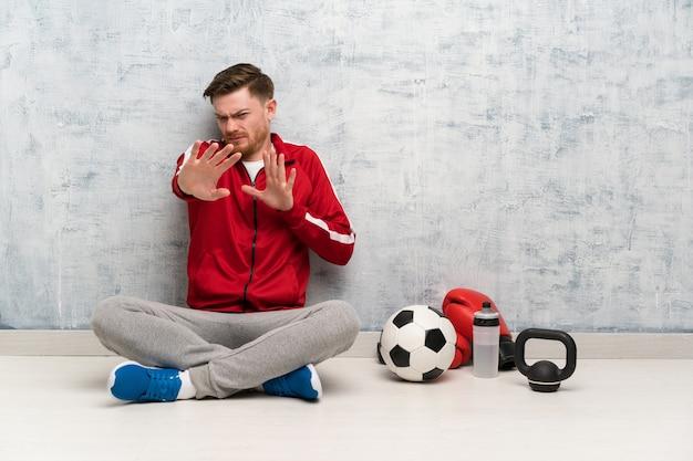 Roodharige sport man nerveus uitrekkende handen naar voren