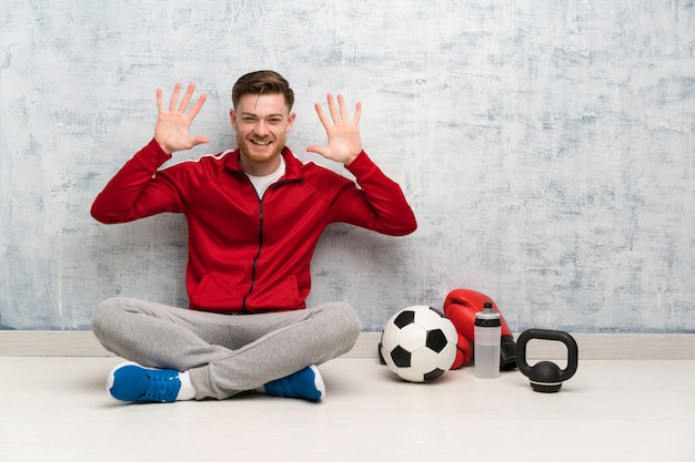 Roodharige sport man tien tellen met vingers