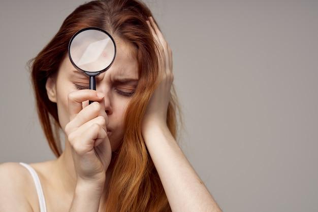 Roodharige vrouw cosmetologie huidverzorging puberteit geïsoleerde achtergrond
