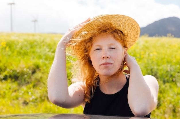 Roodharige vrouw die zich in het veld