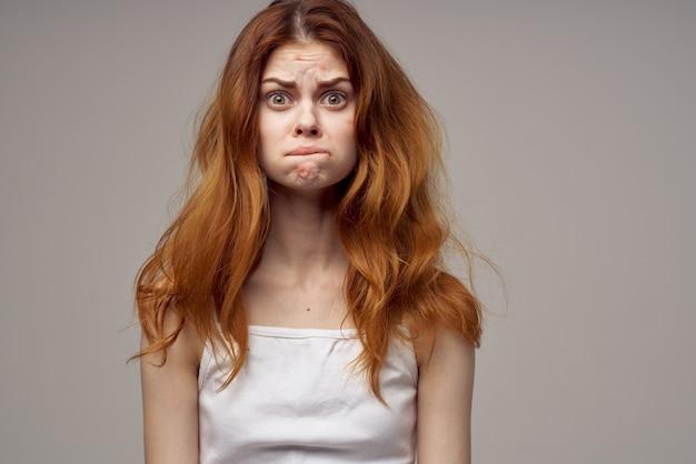 Roodharige vrouw emoties model witte t-shirt gezondheidsproblemen