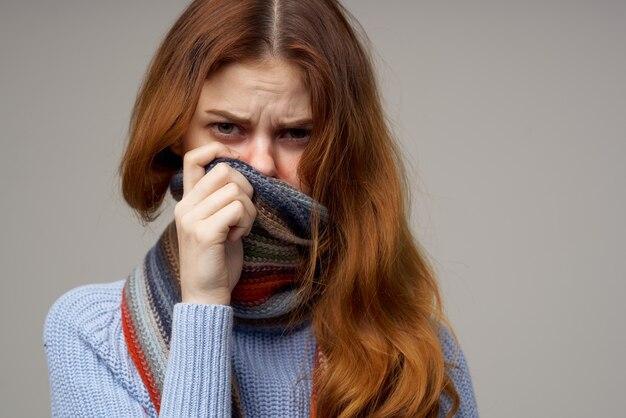 Roodharige vrouw gezondheidsproblemen temperatuur lichte achtergrond