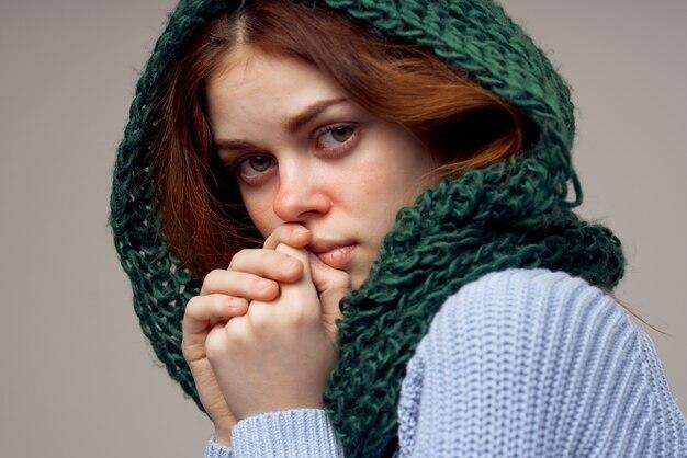 Roodharige vrouw groene sjaal op het hoofd geïsoleerde background