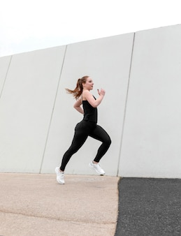 Roodharige vrouw in sportkleding buitenshuis te oefenen