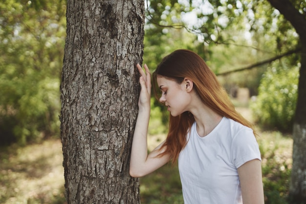 Roodharige vrouw met boeket bloemen natuur bomen zomervakantie