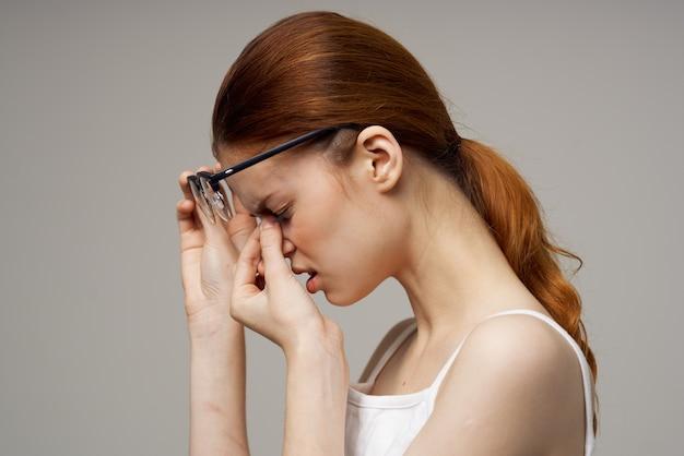 Roodharige vrouw met bril visie problemen negatieve vermoeidheid