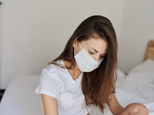 Roodharige vrouw met medisch masker binnenshuis in quarantaine geplaatst pandemisch coronavirus