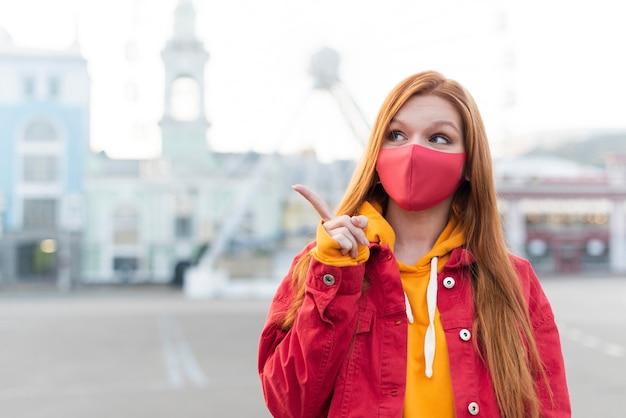 Roodharige vrouw met medisch masker
