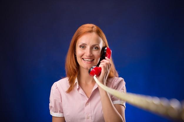 Roodharige vrouw met telefoon