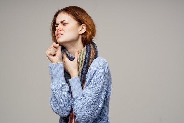 Roodharige vrouw nek sjaal koude zakdoek close-up