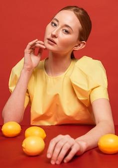 Roodharige vrouw poseren met citroenen