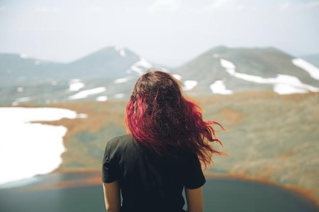 Roodharigemeisje op bergen