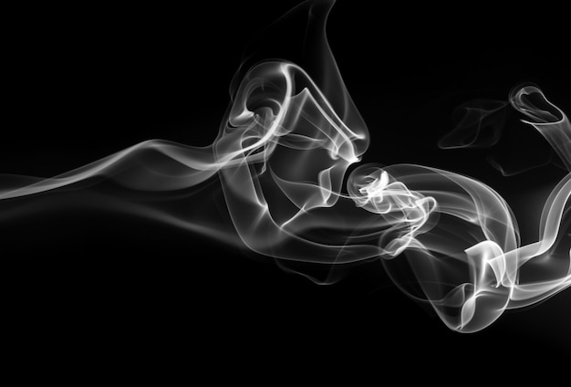 Rook de witte wierook op een zwarte achtergrond. duisternis concept