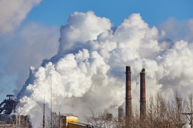 Rook en smog. schadelijke emissies in het milieu. vervuiling van de atmosfeer door fabriek. uitlaatgassen. milieuramp. slechte omgeving in de stad