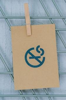 Rook geen teken op kringloopdocument in hotelruimte