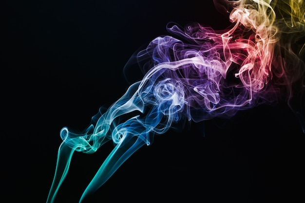 Rook kleurrijk drijvend in de lucht op donkere achtergrond