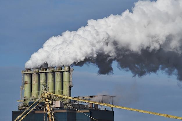 Rook komt uit fabrieken in een industriegebied