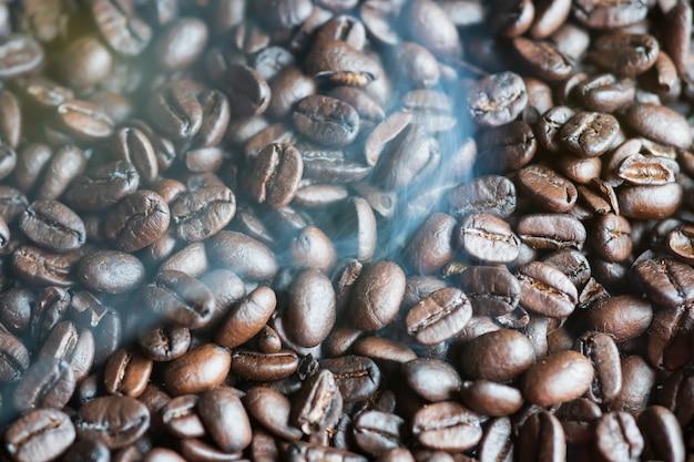 Rook komt van geroosterde geurige koffiebonen aroma, op een koekenpan