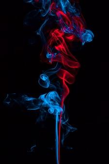 Rook op blauwe en rode neonkleur op zwarte achtergrond