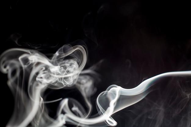 Rook op zwarte achtergrond.