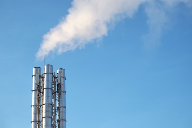 Rook uit de pijpen tegen de blauwe lucht