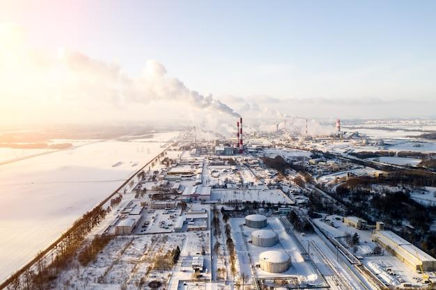 Rook uit de pijpen van een chemische fabriek