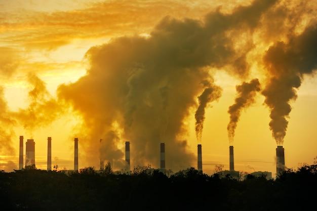 Rook uit de schoorsteen uit de fabriek zwarte rook