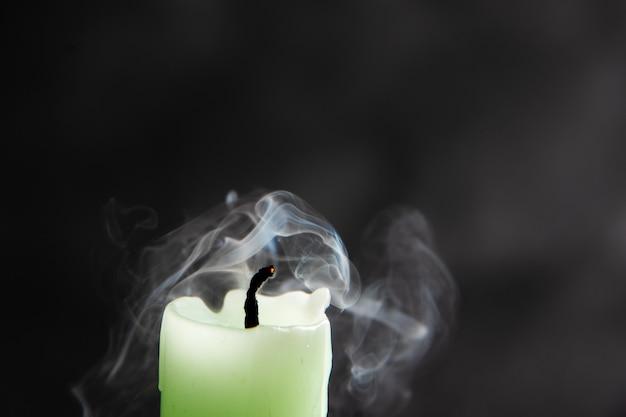 Rook van een kaars op een zwarte geïsoleerde achtergrond. een interessant en raar rookpatroon.