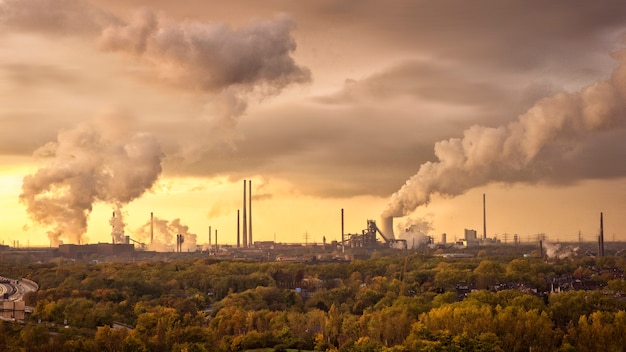 Rook van industrieel naar de atmosfeer