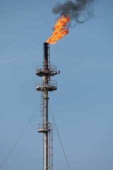 Rook van olieraffinaderij bij zonsopgang. milieuvervuiling crisis concept.