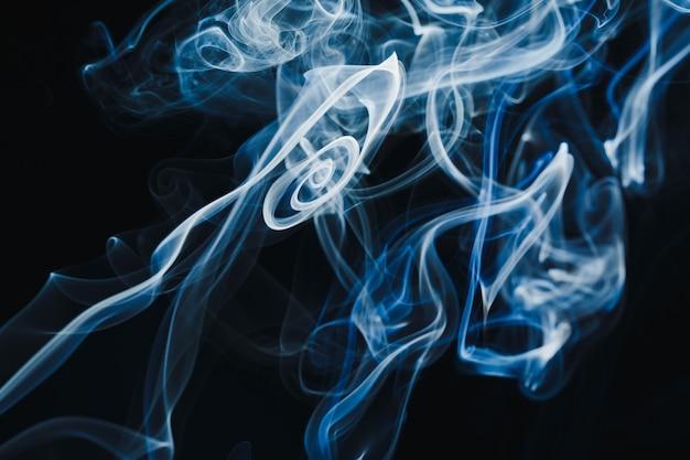 Rook zwevend in de lucht op donkere achtergrond