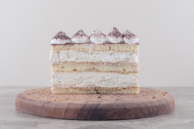 Room en cacaopoeder bedekt cakeplak op een bord op marmer