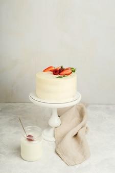 Roomcake met verse aardbeien voor een vakantie, lichte achtergrond