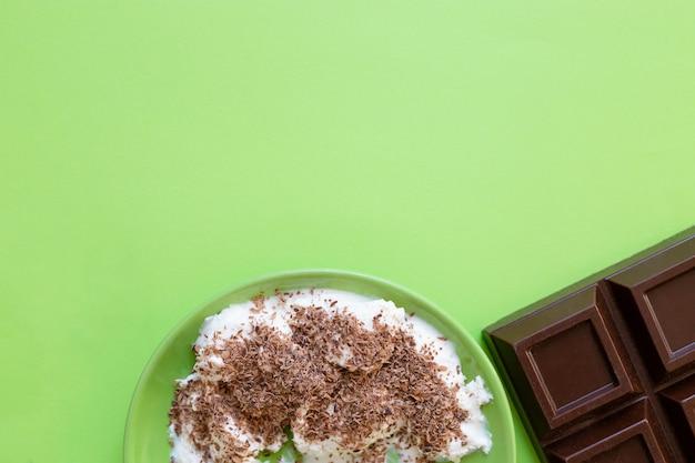 Roomijs en chocolade op groene plaat. copyspace