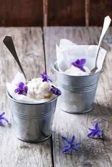 Roomijs met gesuikerde viooltjes