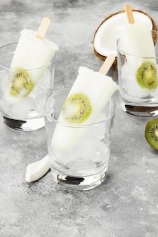 Roomijs van yoghurt en kiwi