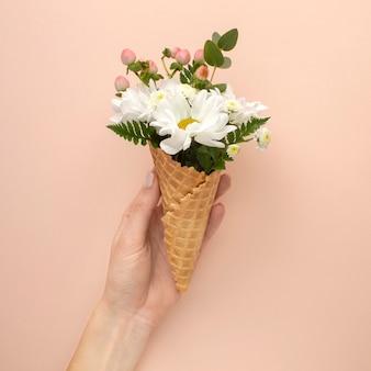 Roomijskegel met bloemen